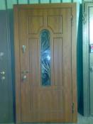 Стальная дверь с арочным окошком и ковочкой