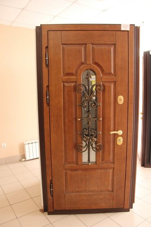 стальные двери с филенками и кованными элементами