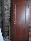 Дверь с вырезанной деревянной накладкой