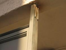 закреплени дверной коробки  в потолок