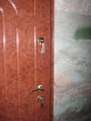 Металлическая дверь с панелью под мрамор