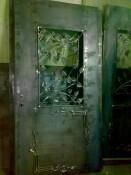 дверь с кованным рисунком из листьев