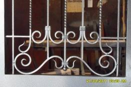Кованые завитки на двери