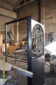 Дверь с арочным окном,с ковкой внутри производство.