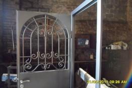 Кованый узор на двери