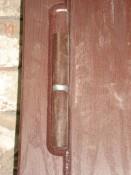Дверной деревянный наличник и петля