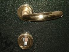 Дверные ручки под золото на зеленом порошке