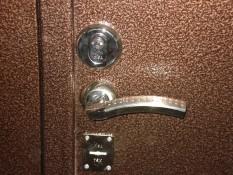 Серебристые ручки и накладки на на двери с медным антивондальном покрытий