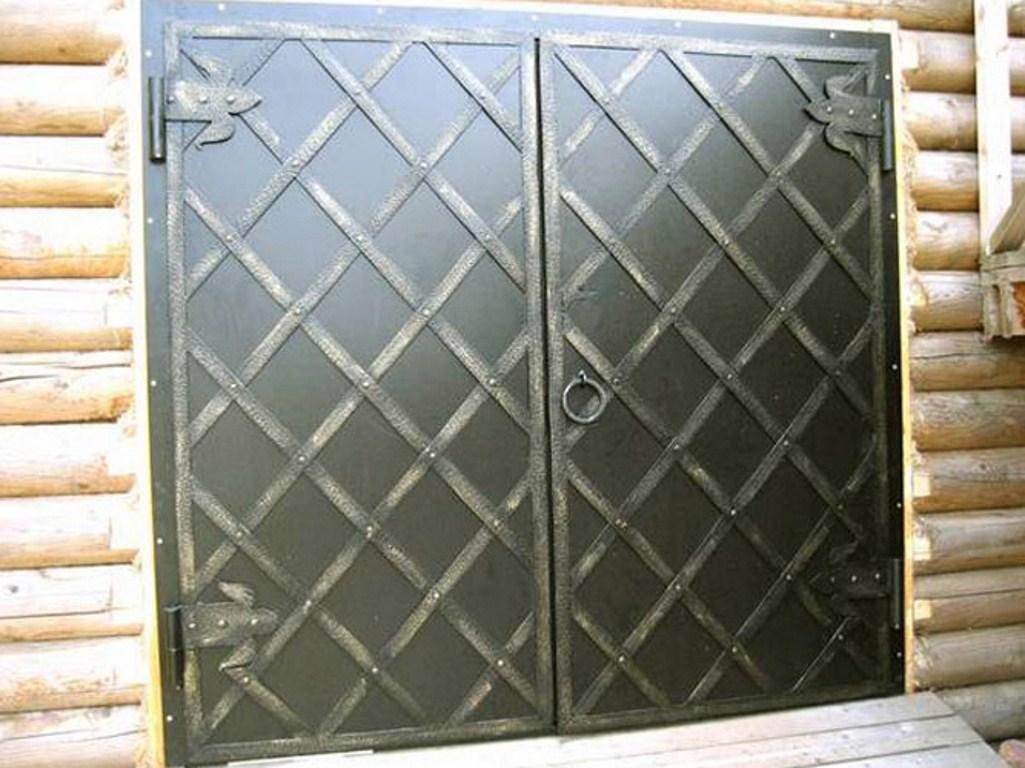 железные ставни на двери в магазине